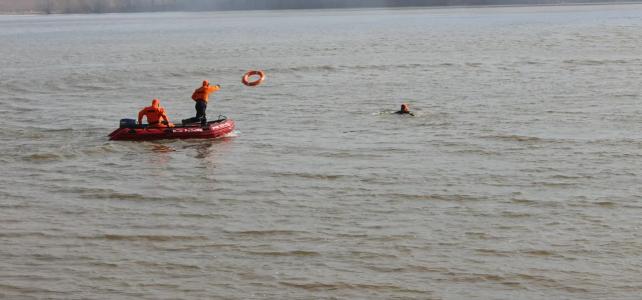 Правила безопасности на воде осенью для детей и взрослых